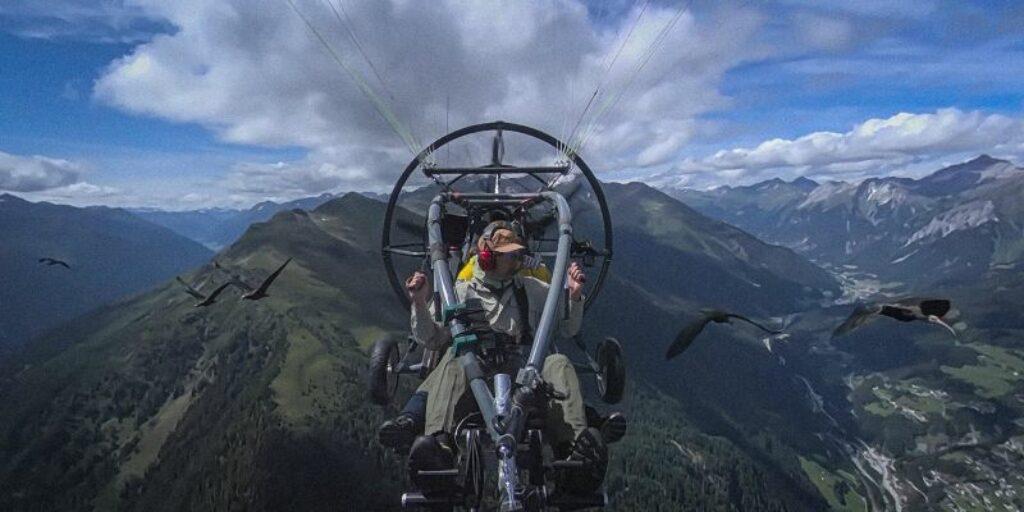 Waldrapp folgt seinen menschlichen Pflegeeltern auf seiner Migrationsroute über die Alpen.